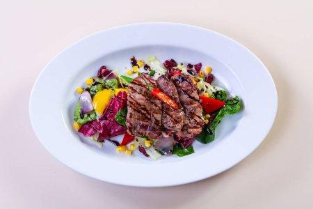Photo pour Porc grillé avec légumes et sauce - image libre de droit