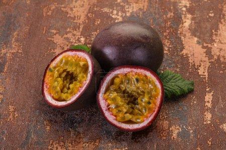 Photo pour Fruits de la passion frais tropicaux mûrs - image libre de droit