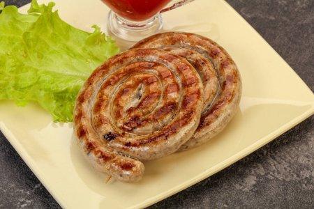 Photo pour Saucisses rondes de porc grillées avec sauce - image libre de droit