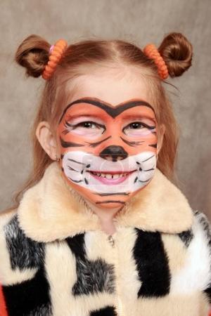 Photo pour Peint comme un tigre, visage de la jeune fille. Symbole de l'année prochaine - image libre de droit