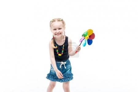 Foto de Lindo sonriendo a poco rubio niño con juguete de spinning con una tapa del tanque, feliz y alegre - Imagen libre de derechos