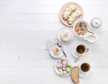 Photo pour Petit-déjeuner sain avec pain grillé et fromage, topview de salade, espace de texte supplémentaire à gauche et œuf poché - image libre de droit