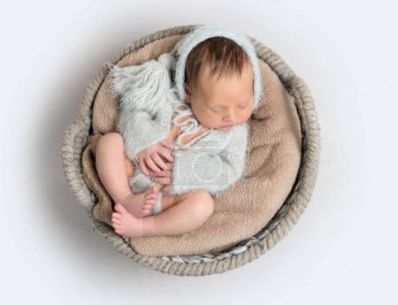 Vista superior del bebé recién nacido acostado en un tazón