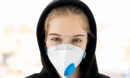 Photo pour Fille en sweat à capuche portant un masque facial protecteur - image libre de droit