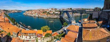 Photo pour Panorama de Porto au Portugal par une belle journée d'été - image libre de droit