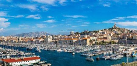 Photo pour Vue panoramique aérienne sur la Basilique de Notre Dame de la Garde et vieux port à Marseille, France - image libre de droit