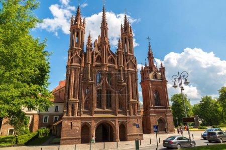 Photo pour VILNIUS, LITUANIE - 12 JUIN 2016 : Eglise St. Annes et Bernardinu à Vilnius dans une belle journée d'été - image libre de droit