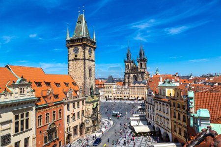 Photo pour Horloge tour de Fraumünster cathédrale dans la partie historique de Zurich en jour d'été belle - image libre de droit