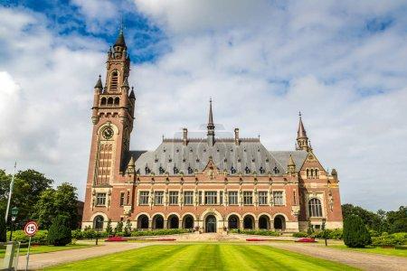 Photo pour Palais de la paix à la Haye, siège de la Cour internationale de Justice à un jour d'été belle, Pays-Bas - image libre de droit