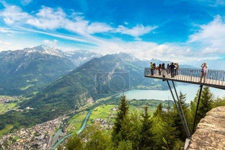 Photo pour Personnes debout sur le pont d'observation à Interlaken, Suisse - image libre de droit
