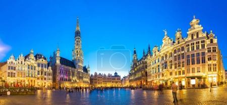 Foto de Panorama de la Grand Place en Bruselas, en una noche de verano hermoso, Bélgica - Imagen libre de derechos