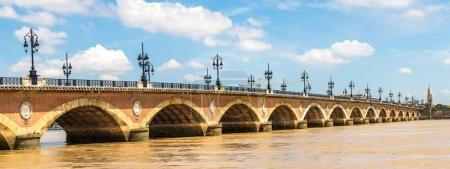 Photo pour Panorama du Pont de pierre, vieux pont pierreux à Bordeaux à une journée d'été belle, France - image libre de droit