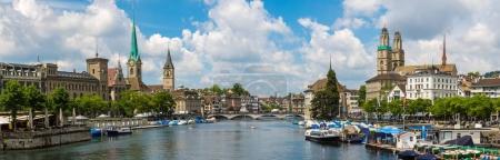Photo pour Panorama de la partie historique de Zurich avec la célèbre Fraumünster et Grossmünster églises dans une belle journée d'été, Suisse - image libre de droit