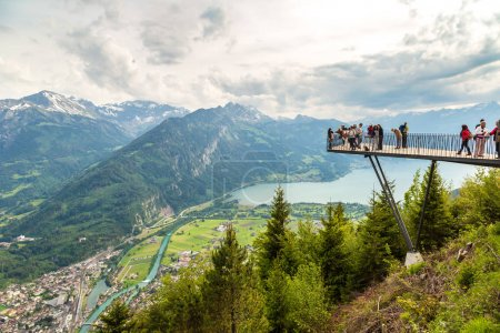 Photo pour INTERLAKEN, SUISSE - 27 JUIN 2016 : Personnes debout sur la terrasse d'observation d'Interlaken par une belle journée d'été, Suisse - image libre de droit