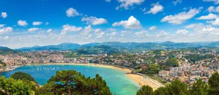 Photo pour Panoramique vue aérienne de San Sebastian (Donostia) dans une journée d'été belle, Espagne - image libre de droit