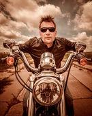 """Постер, картина, фотообои """"Байкер в кожаной куртке, езда на мотоцикле на дороге"""""""