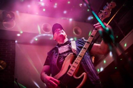 Photo pour Groupe joue sur scène, concert de musique rock. AVERTISSEMENT - authentique de tir avec un iso élevé dans des conditions d'éclairage difficiles. Un peu de grain et d'effets de flou de mouvement. - image libre de droit