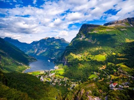Photo pour Geiranger fjord, Belle nature Norvège photographie aérienne. C'est une branche de 15 kilomètres (9,3 mi) de long au large de la Sunnylvsfjorden, qui est une branche au large de la Storfjorden (Grand Fjord ). - image libre de droit