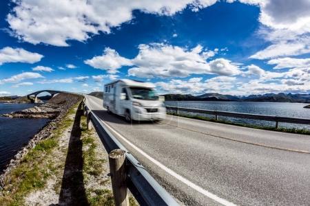 Photo pour Caravane RV voiture voyage sur l'autoroute Norvège. Atlantic Ocean Road ou Atlantic Road (Atlanterhavsveien) a reçu le titre de (Construction norvégienne du siècle ). - image libre de droit