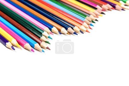 Photo pour Crayons colorés rangée isolé sur blanc - image libre de droit