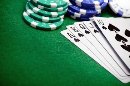 Photo pour Jetons de poker et une main de carte flush droite avec de l'espace de copie pour votre texte - image libre de droit