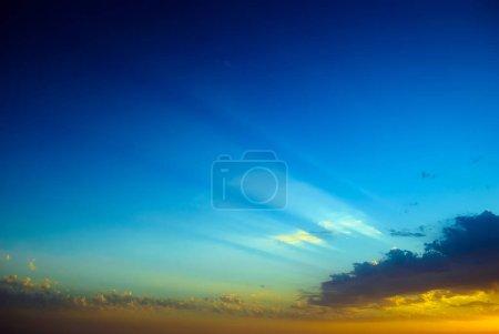 Photo pour Fond abstrait coucher de soleil flou avec les rayons du soleil - image libre de droit
