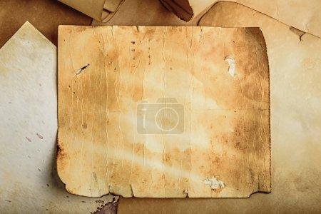 Photo pour Vieux fond de papier grunge sur des rouleaux médiévaux déchiré document - image libre de droit