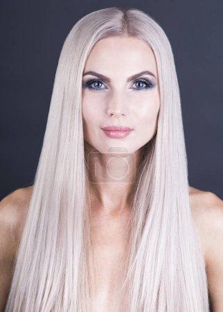 Photo pour Belle fille blonde froide, portrait shot - image libre de droit
