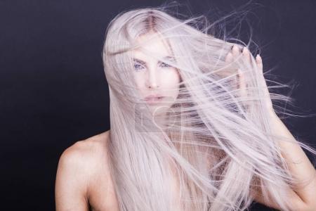 Photo pour Longue ligne droite gris cheveux en désordre, studio shot - image libre de droit