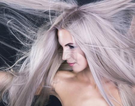 Photo pour Cheveux longs et blonds gris, prise de vue portrait - image libre de droit