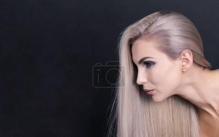 Photo pour Tir à la mode d'une belle fille aux longs cheveux blonde violette - image libre de droit