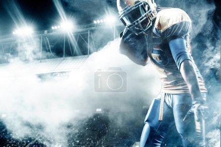 American Football Sportler Spieler auf Stadionlauf in Aktion