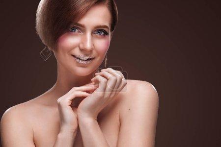 Photo pour Belle jeune femme avec une peau fraîche propre toucher le visage propre. Soin du visage. Cosmétologie, de beauté et spa. - image libre de droit