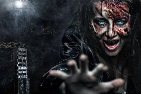 Nahaufnahme Porträt einer schrecklichen Zombie-Frau mit Wunden. Horror. Halloween-Plakat.