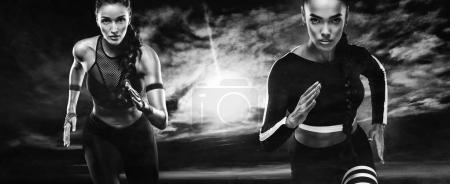 Photo pour Une athlète forte, coureuse sur le côté de la plage de sable au lever du soleil portant une tenue de fitness serrée et sombre . - image libre de droit