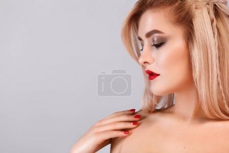 Foto de Chica morena con cabello ondulado largo y brillante. Preciosa modelo con peinado rizado en fondo claro. - Imagen libre de derechos