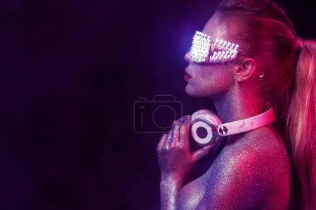 Photo pour Femme de dj mignon s'amuser jouer de la musique sur le pont record au club partie vie nocturne lifestyle sur backgrond rouge - image libre de droit
