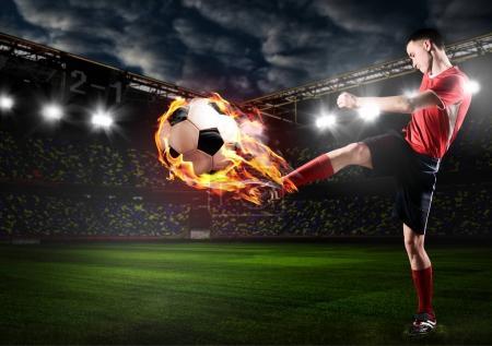 Foto de Jugador de fútbol o fútbol es patear la pelota en el estadio de - Imagen libre de derechos
