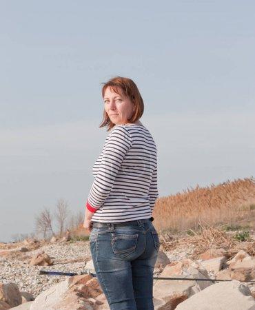 Foto de Retrato de una hermosa mujer de mediana edad - Imagen libre de derechos