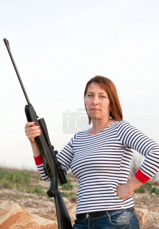 Foto de Retrato de mujer de mediana edad con rifle - Imagen libre de derechos