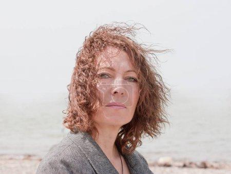 Foto de Retrato de una hermosa mujer de mediana edad. - Imagen libre de derechos