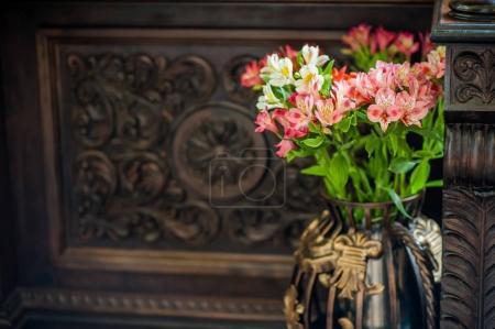 Photo pour Fleurs sur la table et dans un vase - image libre de droit