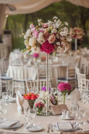Photo pour Décorations sur les tables de mariage fleurs paysages - image libre de droit