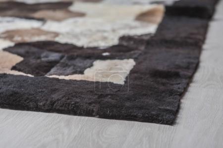 Foto de Alfombra de lana de piel sobre un fondo blanco - Imagen libre de derechos