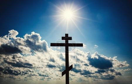 Photo pour Chrétien orthodoxe Croix silhouette avec ciel bleu et soleil - image libre de droit