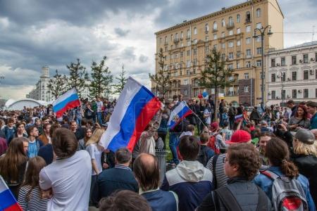 Photo pour 12 juin 2017. Russie. Moscou. Tverskaya st. réunion organisée par Alexeï Navalny contre la corruption au sein du gouvernement. Foule de gens debout sur la rue et refuse de s'en aller. - image libre de droit