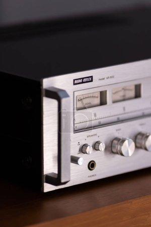Photo pour Commandes de panneau avant de réflex audio de récepteur stéréo vintage, debout sur le Buffet en bois - image libre de droit