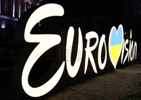 Photo pour KYIV, UKRAINE - MAY 5, 2017: Eurovision logo at night located on Independence square (Maidan Nezalezhnosti) in the center of Kyiv - image libre de droit