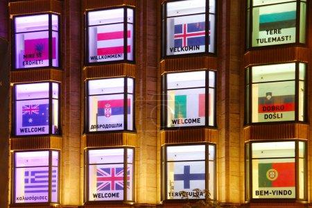 Photo pour KYIV, UKRAINE - 5 MAI 2017 : Fenêtres de grands magasins centraux décorées avec des salutations de bienvenue dans différentes langues lors du concours de chanson Eurovision - image libre de droit
