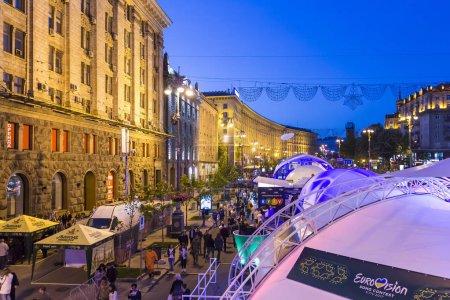Photo pour Kiev, Ukraine - 5 mai 2017: Eurovision village fun zone sur Khreschatyk street le soir - image libre de droit
